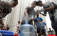 Hà Nội: Nước máy vẫn còn mùi khét, hàng trăm dân cư Linh Đàm phải chia nhau nước sạch từ xe téc