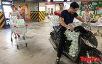 Sợ nước bẩn, người dân đổ xô đến các siêu thị mua nước đóng chai