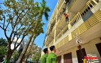 Các em nhỏ học kỹ năng đu dây thoát hiểm khi có sự cố cháy từ nhà cao tầng