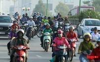 """Hà Nội: Bị rào vỉa hè người dân """"mở đường máu"""" để đi ngược chiều"""