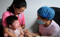 """Sau rúng động bê bối vaccine, Trung Quốc cảnh báo phụ huynh """"sính"""" đồ ngoại"""
