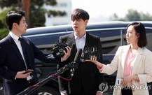 Mới nhất: Không hề khép nép, hình ảnh Park Yoo-chun vẫn trình diện cảnh sát đầy tự tin