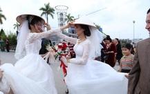 Đang chụp ảnh cưới trên đường thì gặp đoàn rước dâu khác, cô dâu - chú rể liền có hành động đặc biệt khiến nhiều người bất ngờ