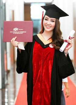 """Sau 2 năm đèn sách, cuối cùng Á hậu Thụy Vân đã """"hái quả ngọt"""" – tấm bằng MBA"""