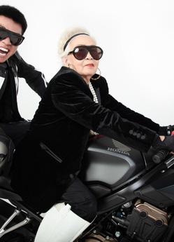 """Wowy chụp ảnh cùng bà ngoại, phong cách siêu ngầu của cụ bà khiến các fan """"chết mê"""""""