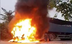 Đang lên dốc xe container bất ngờ bốc cháy