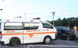 """Nữ y tá rơi xuống đường sau tai nạn giữa xe cứu thương và """"xế hộp"""""""
