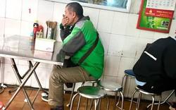 Vừa ngồi vào quán phở, tài xế trung niên đã nghe điện thoại rồi ôm chặt miệng, chực khóc