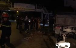 Cứu hộ xe chở vật liệu gây tai nạn trong đêm
