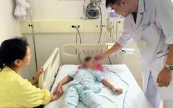 Gia đình dùng lá lộc mại trị táo bón, bé 4 tuổi tiểu tiện ra máu