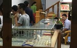 Nam thanh niên bịt khẩu trang vào tiệm vàng vờ hỏi mua rồi cầm búa đập bể tủ kính cướp vàng