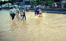 Mưa lớn do ảnh hưởng của bão số 9 tại Phú Yên: Quốc lộ 1 bị chia cắt, người dân chạy lũ