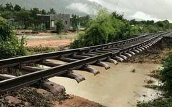 Hành khách chuyển sang đường bộ do đường sắt Bắc - Nam tê liệt vì bão số 9