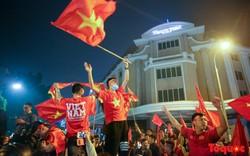 Hàng nghìn cổ động viên Hà Nội đổ ra đường ăn mừng chiến thắng của đội tuyển Việt Nam trước Campuchia