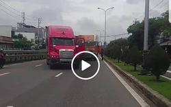 Tài xế container cầm hung khí hăm dọa khiến đồng nghiệp phải quỳ lạy giữa đường