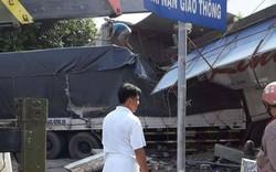 Xe tải lao lên vỉa hè tông sập 2 nhà dân sau tiếng nổ lớn