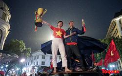 Nhìn những hình ảnh CĐV bất chấp mưa rét, đổ ra đường cổ vũ chắc chắn các cầu thủ Việt Nam sẽ càng
