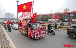 CĐV làm nóng đường phố Hà Nội trước trận chung kết lượt về AFF Cup 2018