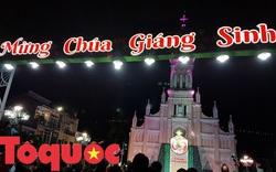 Du khách và người dân phố biển Đà Nẵng vui chơi đêm Noel