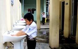 Nhà vệ sinh trường học phải được trang bị cả... gương soi