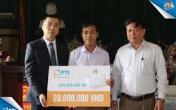 Người dân thôn Yên Bắc nhận tiền bồi thường bảo hiểm của PTI