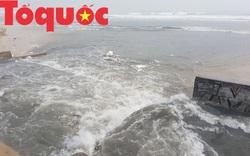 Nước đen ngòm từ cửa xả chảy thẳng ra biển Đà Nẵng