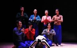 Đạo diễn người Nhật vừa khóc vừa dựng vở kịch