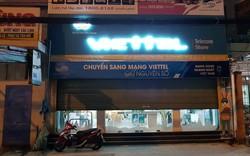 Nam thanh niên bịt mặt rút súng đe dọa nữ nhân viên cửa hàng Viettel để cướp tiền