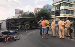 Xe tải mất lái tông 2 xe máy rồi lật nghiêng trên cầu vượt, 2 người bị thương nặng