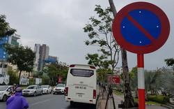 Mặc biển cấm, nhiều xe chở khách du lịch dùng