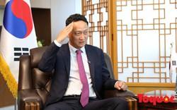 Đại sứ Hàn Quốc tại Việt Nam tái hiện lại màn giơ tay chào của trung vệ Bùi Tiến Dũng sau cú sút luân lưu cuối cùng vào lưới tuyển Jodan