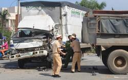 Phần đầu xe tải bị biến dạng, tài xế mắc kẹt trong cabin 10 phút sau tai nạn với xe ben