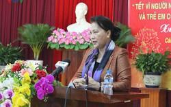Chủ tịch Quốc hội tặng quà cho gia đình chính sách tại Cần Thơ