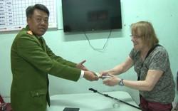 TT – Huế: Trao trả tài sản cho du khách nước ngoài bị mất trộm