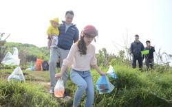 Hà Nội: Người dân đổ xô thả cá chép tiễn ông Táo về trời, rác tràn trên bến sông