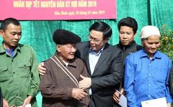 Phó Thủ tướng Vương Đình Huệ tặng quà người nghèo Hoà Bình dịp Tết Kỷ Hợi