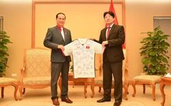 Món quá HLV Park Hang-seo tặng Thủ tướng đã được chuyển đến Hội Chữ thập đỏ Việt Nam