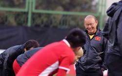 Hậu sinh nhật 60 của mình, thầy Park cười tươi trên sân tập ở UEA