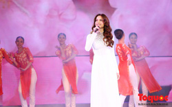 Hồ Ngọc Hà diện áo dài trắng tinh khôi hát