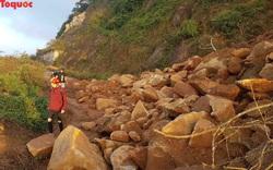 Hình ảnh đất đá sạt lở chắn ngang đường trên bán đảo Sơn Trà