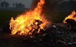 Ninh Hiệp: Ngang nhiên đốt hàng tấn vải vụn bên đường quốc lộ