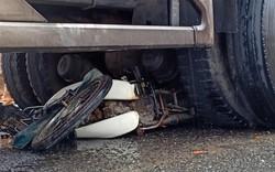 Xe tải cuốn xe máy vào gầm, một người tử vong