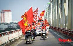 Hàng nghìn CĐV diễu hành qua nhiều tuyến phố Thủ đô tiếp lửa cho các cầu thủ Việt Nam