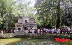 Đông đảo phật tử và du khách tìm đến chùa Từ Hiếu mừng thọ thiền sư Thích Nhất Hạnh