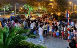 Chính quyền chậm trễ ứng phó vụ nước sạch bốc mùi, người dân Hà Nội sống trong sợ hãi