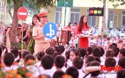 Học sinh tiểu học thực hành an toàn giao thông ngay tại sân trường