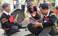 Truyền dạy đánh chiêng và nhạc cụ dân tộc