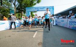 """Hàng ngàn người đi bộ """"5000 bước chân hạnh phúc"""" chia sẻ với người bệnh ung thư"""