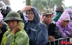 Thương binh đội mưa chờ mua vé trận Việt Nam - UAE: Vẫn còn tình trạng vé vừa ra cửa đã được