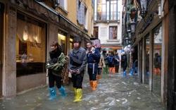 Hàng trăm khách du lịch lội bì bõm tại Venice vì triều cường